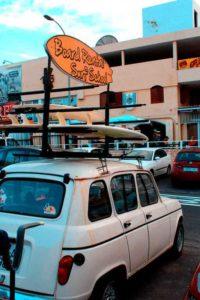 Автомобиль с рекламой школы серфинга на Тенерифе