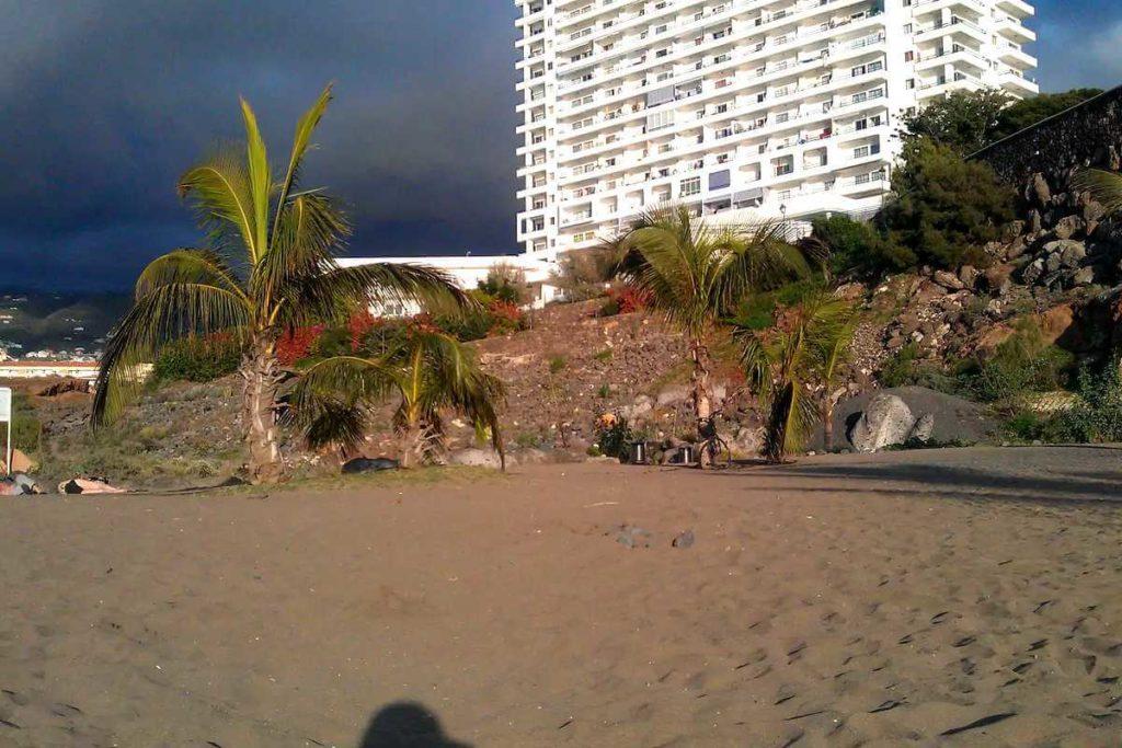 Пляж Плайя Параисио в 2016 году - вид с пляжа на жилой комплекс