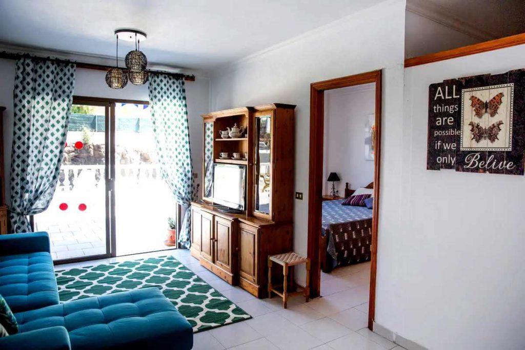 Где жить на Тенерифе: апартаменты Seguro el Sol в Плайя Ла Арена - гостиная и терраса